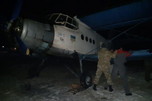 В Коломые задержали самолет, которым контрабандисты возили в ЕС сигареты