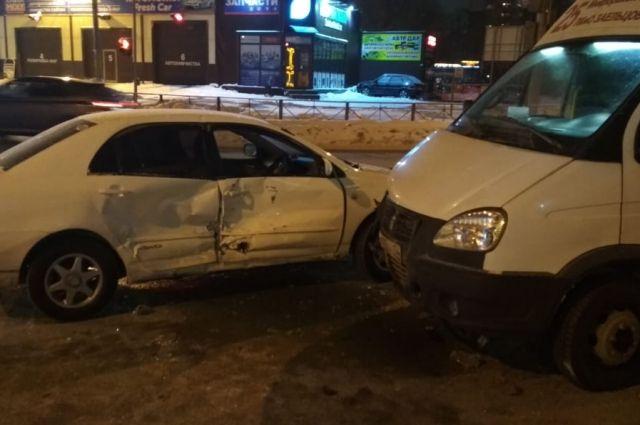 На пересечении Красного проспекта и улицы Георгия Колонды газель столкнулась с автомобилем Toyota Corolla, который ехал во встречном направлении и поворачивал влево в сторону улицы Объединения.