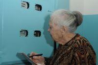 Мошенники приходят к пожилым людям и предлагают им установить электросчетчики по цене в несколько раз выше реальной.