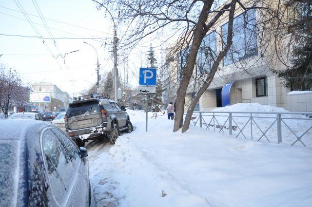 Наши читатели прислали в редакцию фото таких неудобных парковок.