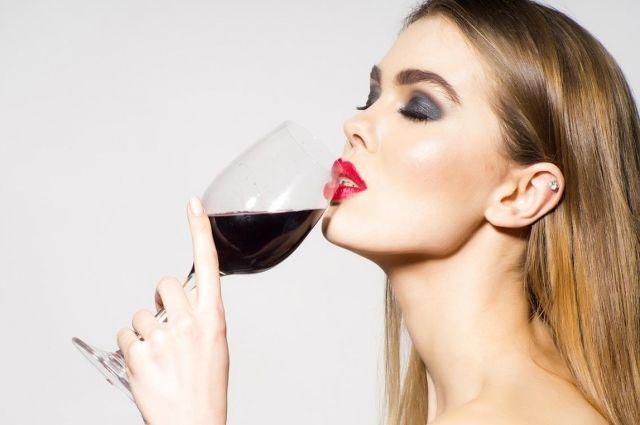 Медики рассказали, как алкоголь влияет на состояние кожи