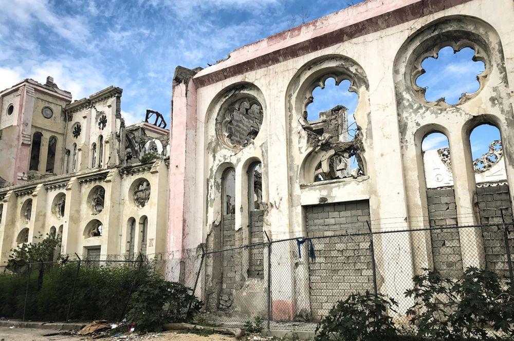 Спустя 10 лет собор в центре столицы Гаити до сих пор находится в руинах.
