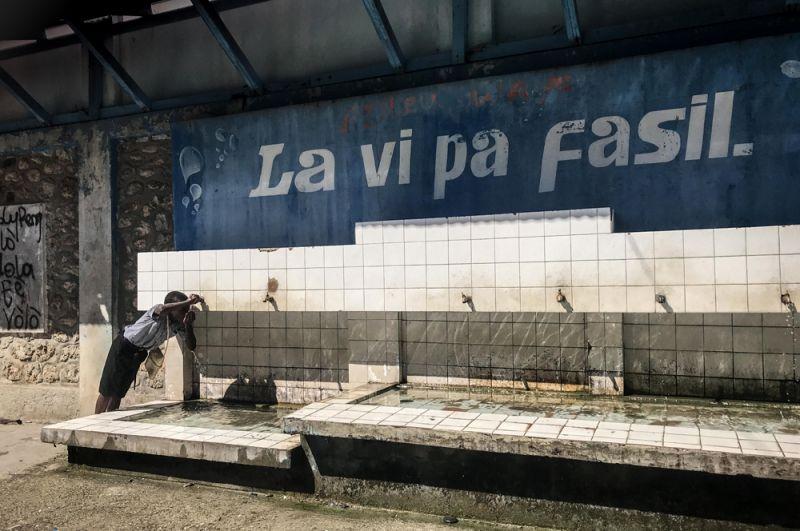 Надпись над колодцем: «Жизнь нелегка».