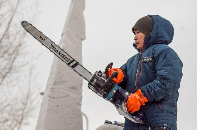 Хорошая бензопила и топор - главные инструменты ледового скульптора!