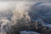 На кадре из фильма видно, как испаряющаяся с Енисея вода формирует туман, уходящий через о. Татышев на Партизана Железняка, и перекрывающий солнце для жителей левобережья.