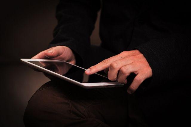 Сотрудники банковских организаций никогда сами не звонят клиентам по вопросам безопасности карт и счетов, не спрашивают номера карт и специальные коды.