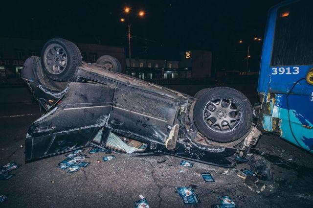 У Києві сталася ДТП: Mercedes втратив управління і перекинувся