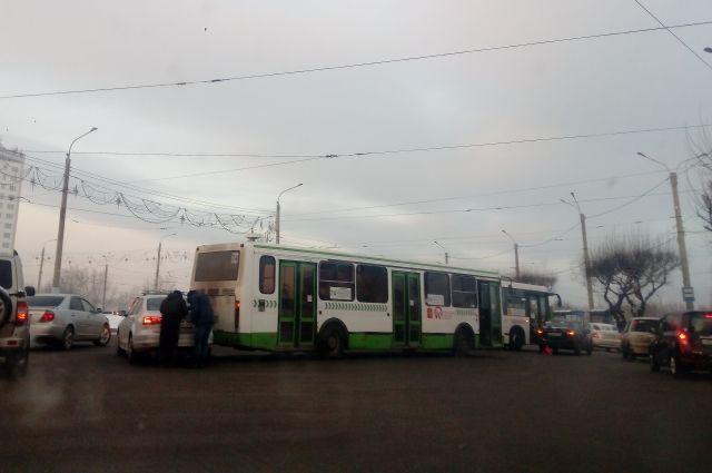 На кольце столкнулись два автобуса и два автомобиля.