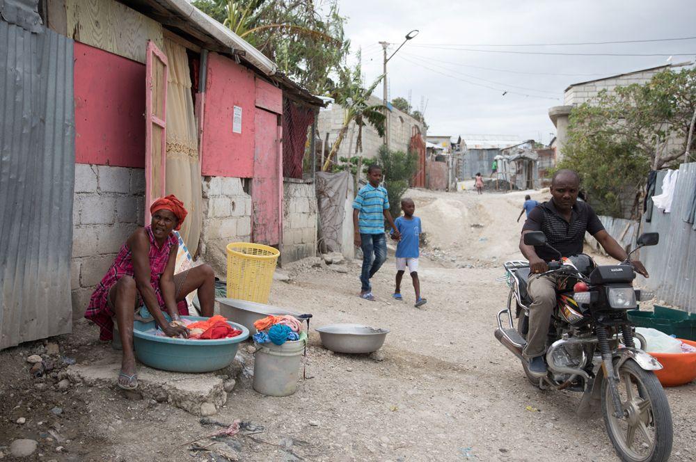 Жизнь в поселении Карадё, созданном для пострадавших в результате землетрясения людей.