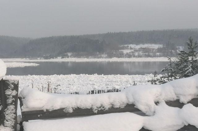Ледоход зимой выглядит вот так -  поверх льда бежит вода с шугой - мелкой ледяной крошкой.