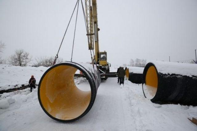Трубы покрыты специальным материалом, похожим на пластик, что позволяет увеличить срок эксплуатации.