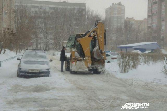 С улиц Оренбурга снег вывозят по ночам.