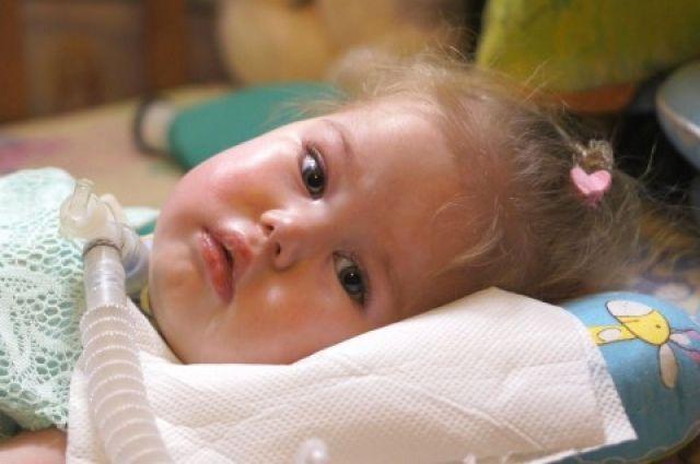 С рождения маленькая Ева страдает спинальной мышечной атрофией – смертельно опасной болезнью, которая забирает силы у всех мышц, пока не доберётся до главной, сердца.