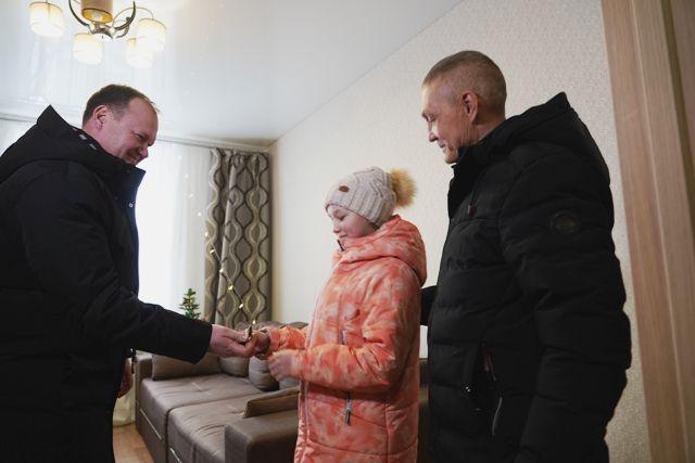 Ключи вручили самой младшей представительнице семьи Чура- ковых – 12-летней Даше.