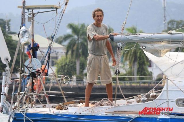 Испытанная штормами Inspiration II выходит из порта Дили (Восточный Тимор).