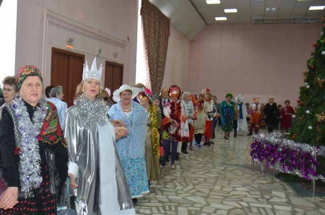 За лучшие костюмы и участие в конкурсах вручили подарки.