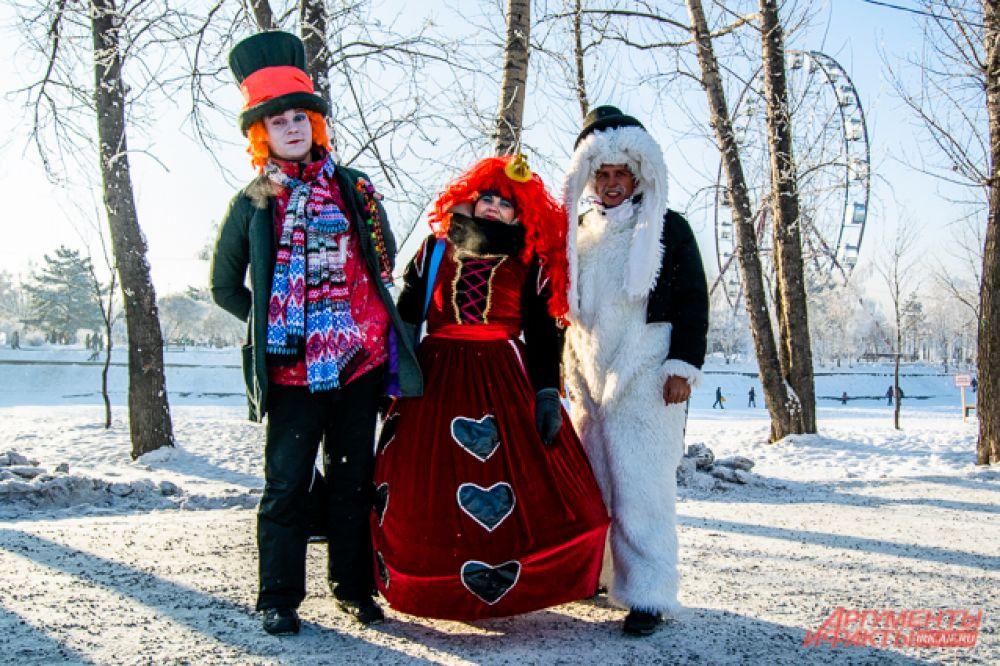"""Компания Шляпника, Безумного Кролика и Червовой Королевы из """"Алисы в Стране чудес"""" тоже не отказалась от приглашения на иркутский ледовый бал"""