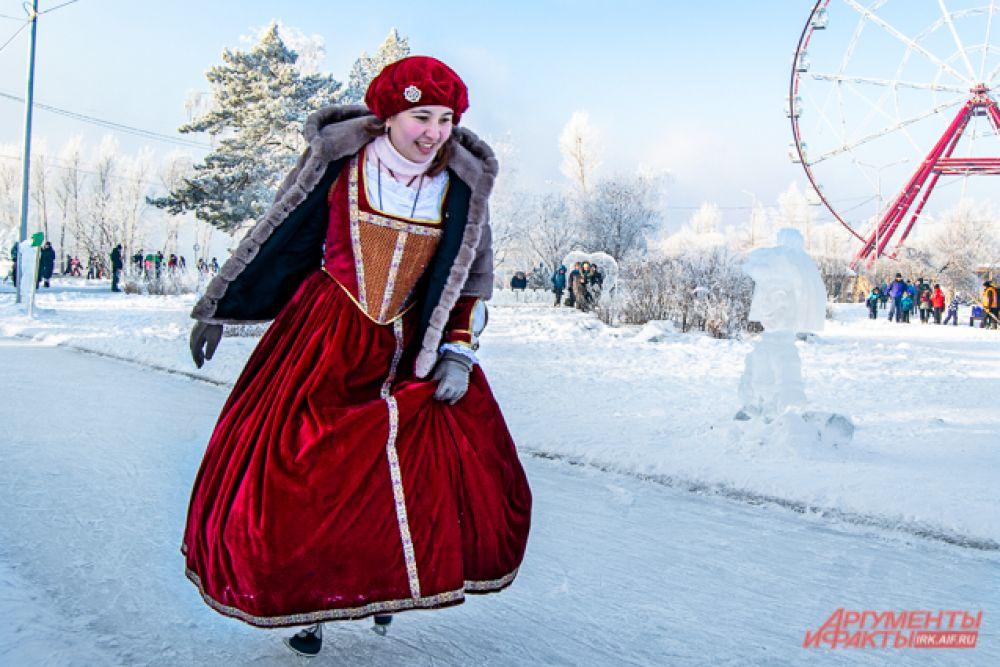 В этот раз лёд традиционно заполонили люди в костюмах из разных сказок, эпох, мультфильмов и фильмов