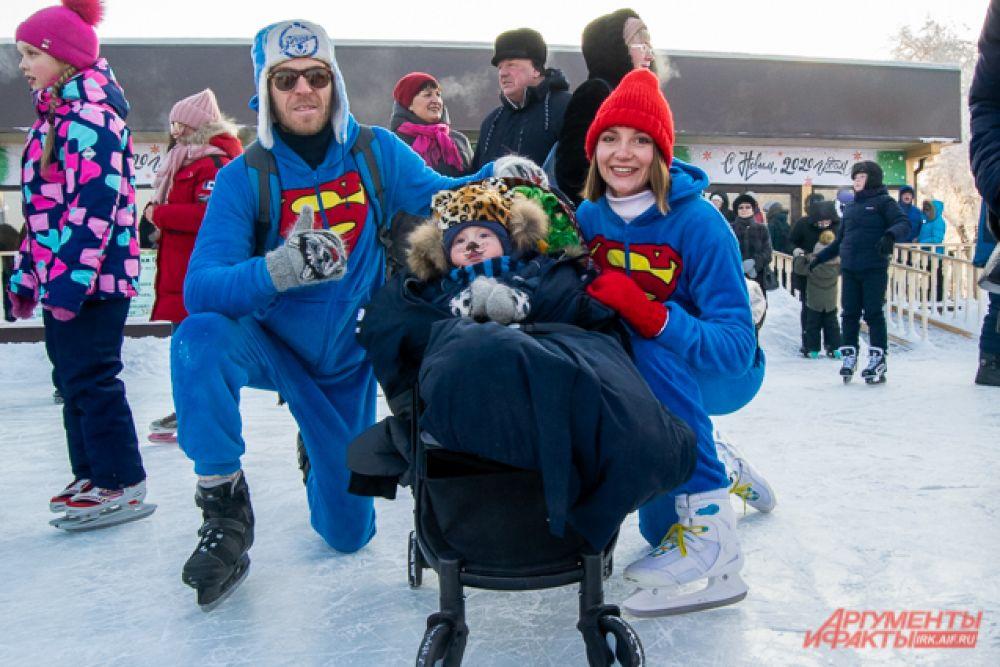Некоторые гости приходили на лёд с семьями, придумываю общие костюмы. Например, это Суперпапа и Супермама, а с ними их сын - Львёнок