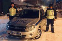 Старший лейтенант полиции Лоскутов Андрей и лейтенант полиции Чернов Сергей, сотрудники полка ДПС ГИБДД местного МВД, помогли водителю заглохшего на дороге автомобиля.