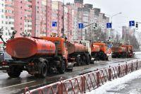 На основных городских магистралях уборочная техника работает.