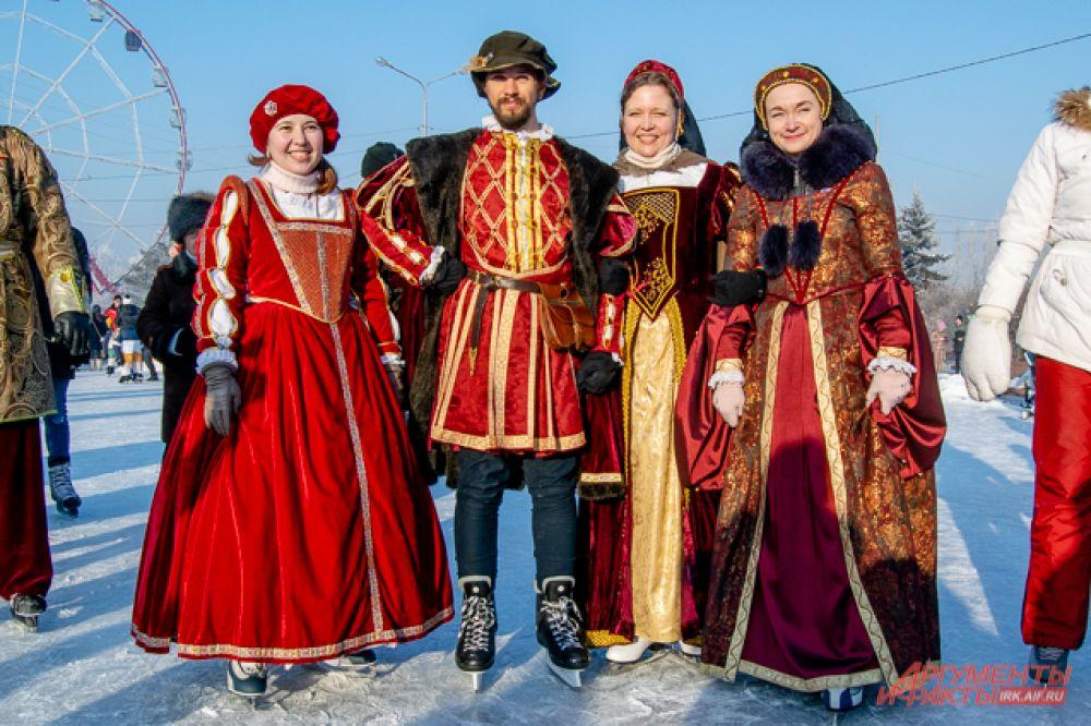 Бал - это танцы, пусть даже и на льду, поэтому среди участников нашлись и те, кто был не прочь сплясать на коньках старинные танцы