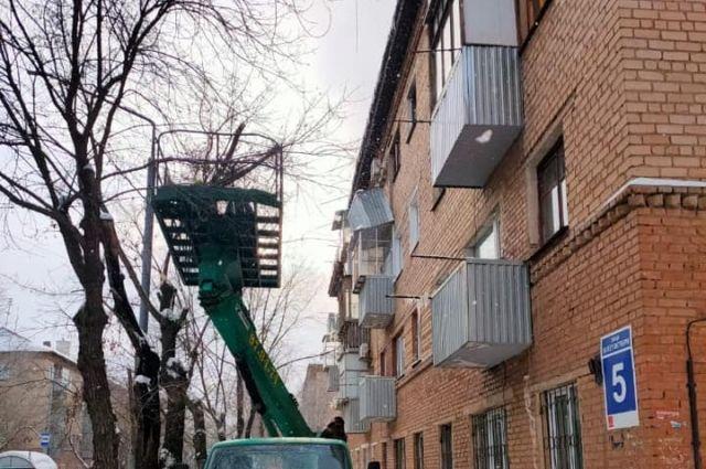 В Оренбурге в одном из жилых домов обрушился балкон.