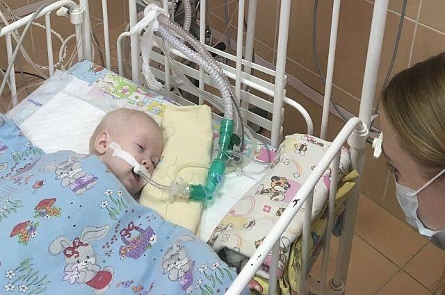 После кровоизлияния в мозг девочку перевели на искусственную вентиляцию лёгких.