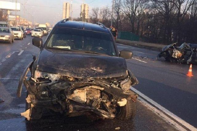 В Киеве произошло лобовое столкновение автомобилей: есть жертва