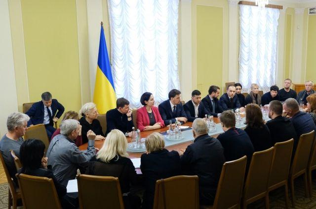 Президент встретился с родными украинцев, которые погибли в авиакатастрофе