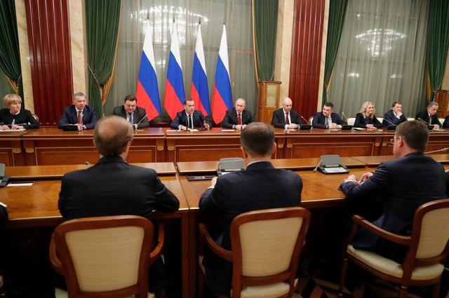 15 января 2020 г. Президент РФ Владимир Путин и председатель правительства РФ Дмитрий Медведев во время встречи с членами правительства РФ. Правительство РФ подало в отставку.