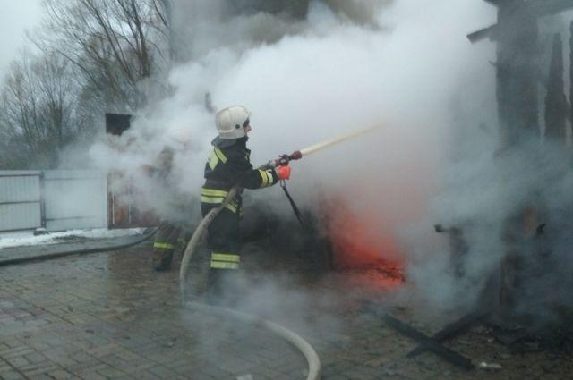 Подъехавший наряд пожарной службы потушил очаг возгорания.