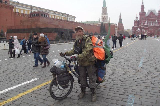 Во время одного из своих путешествий Алексей Орлов выехал на Красную площадь, где с ним фотографировались туристы.