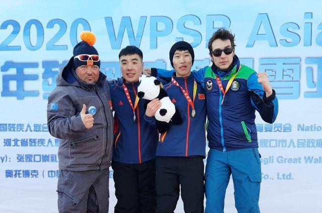 Первая медаль в сноуборде Алексея Петрова (на фото – справа)