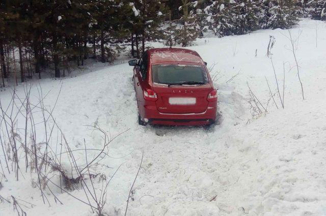 В Удмуртии водитель «Лады» не справился с управлением и съехал в кювет