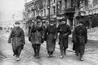 Солдаты Красной Армии и Войска Польского на улицах освобожденной Варшавы.