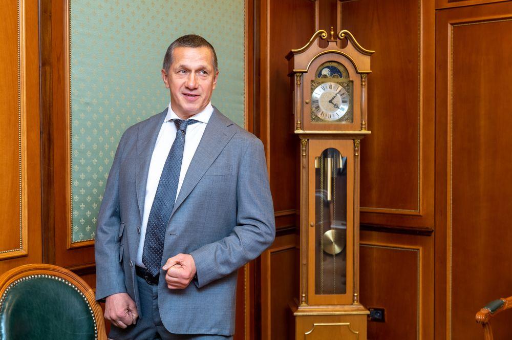 Также с 2004 года должности в правительстве занимает Юрий Трутнев: сначала он восемь лет был министром природных ресурсов, с 2013 — заместителем председателя правительства и полномочным представителем президента в Дальневосточном федеральном округе.