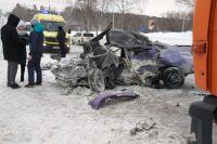 После столкновения с КАМАЗом легковушка превратилась в груду металла, а ее водитель и пассажир получили травмы, несовместимые с жизнью.