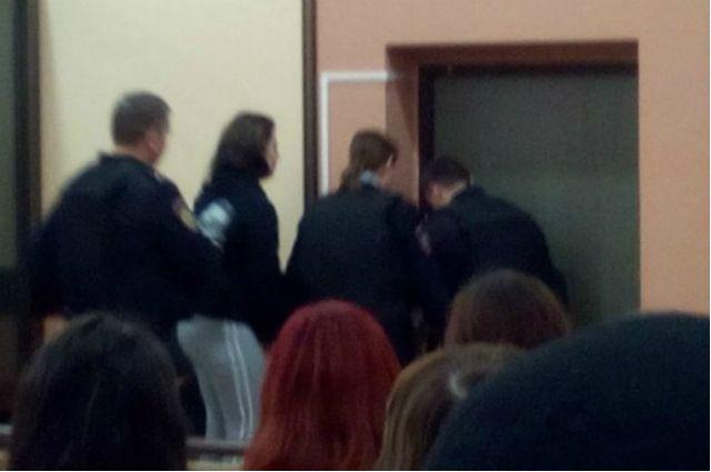 Марию Плёнкину, осуждённую за убийство дочери, выводят из зала суда