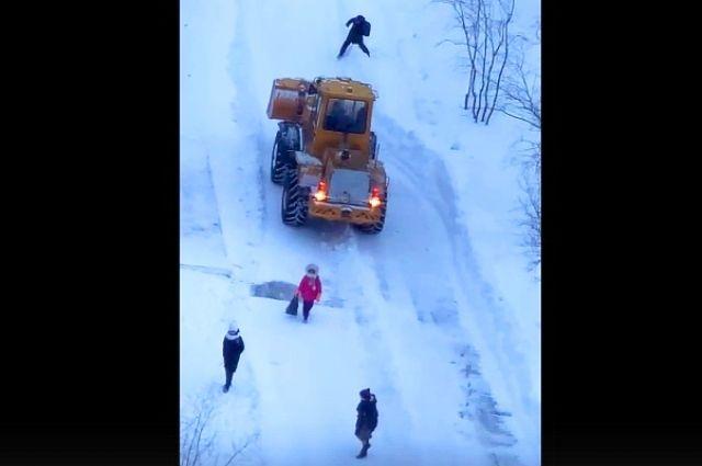 Жителей Надыма возмутил снегоуборщик, работающий возле детей