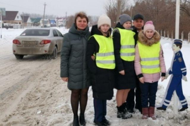 В Оренбуржье появился макет школьника у пешеходного перехода.