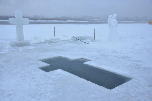 В Затоне вокруг купели стоят снежные ангелы.