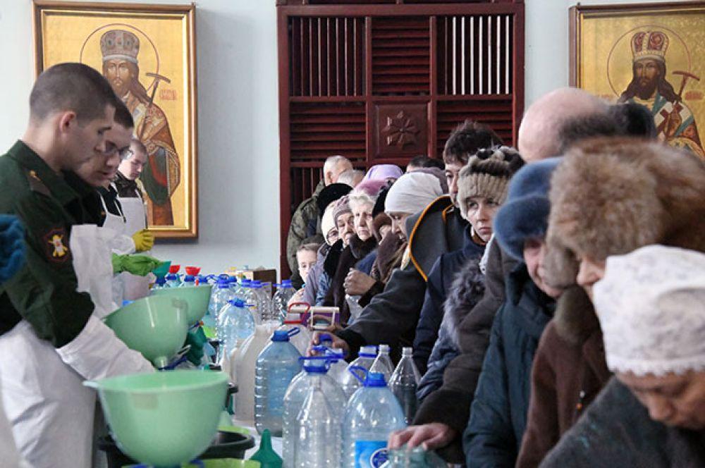 Верующие в праздник Крещения в кафедральном соборе Казанской иконы Божией Матери в Чите.