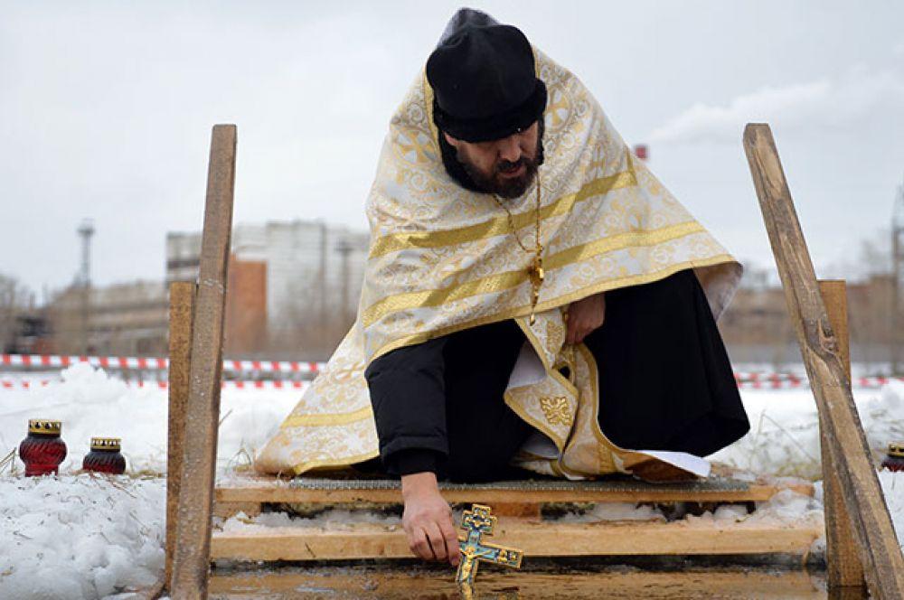 Настоятель собора Успения Пресвятой Богородицы протоиерей Евгений Попиченко совершает обряд освящения воды в праздник Крещения на Верх-Исетском пруду в Екатеринбурге.