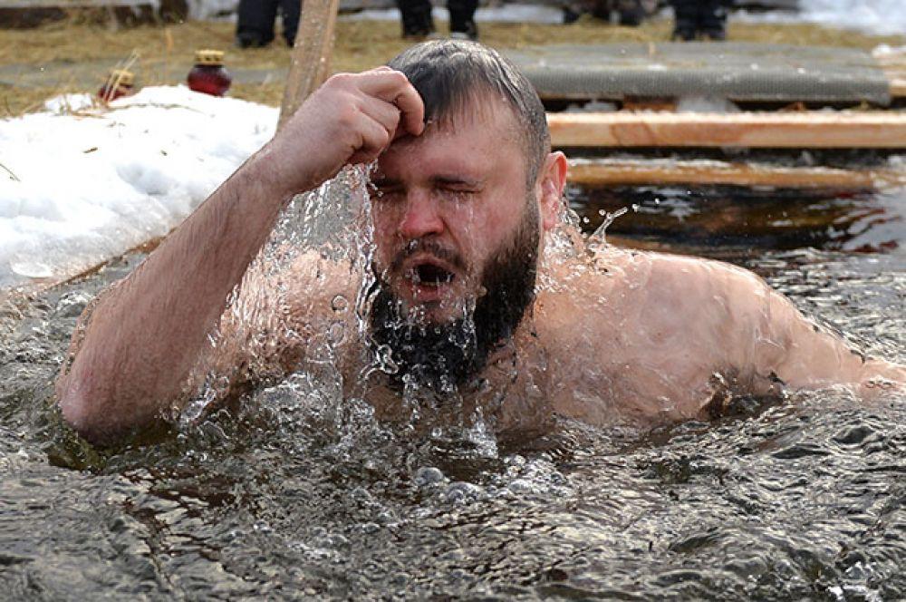 Мужчина во время крещенских купаний в Верх-Исетском пруду в Екатеринбурге.