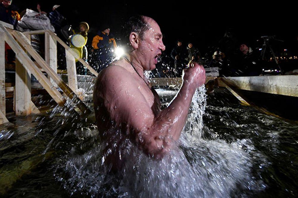 Купание в проруби во время праздника Крещения во Владивостоке.
