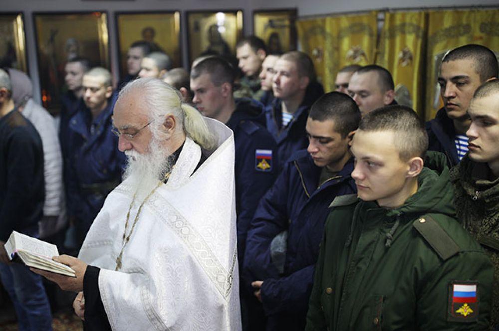Отец Евгений во время празднования Крещения в войсковой часовне подразделения специального назначения Южного военного округа в Краснодарском крае.