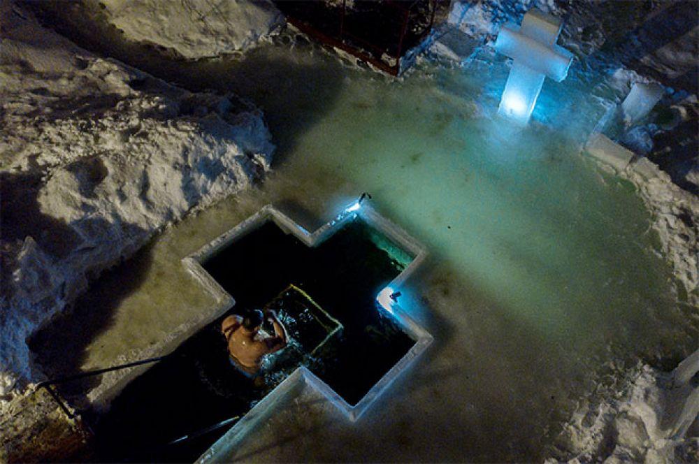 Ночное крещенское купание в иордани в Амерьевском карьере Щелковского района в дайвинг - центре «Пятый Элемент».