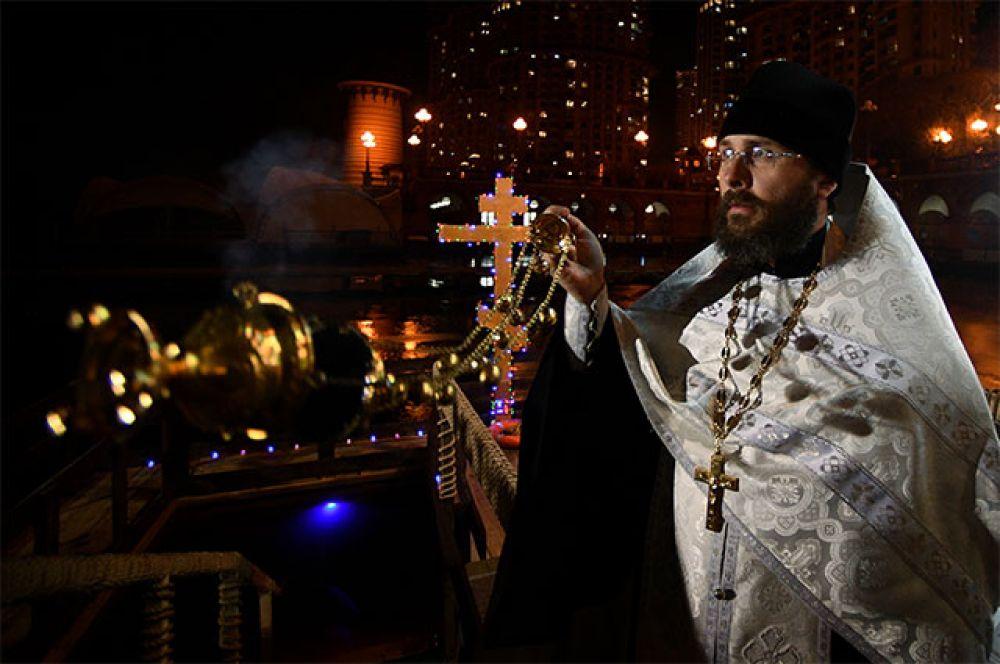 Священнослужитель во время крещенских купаний в Москве.