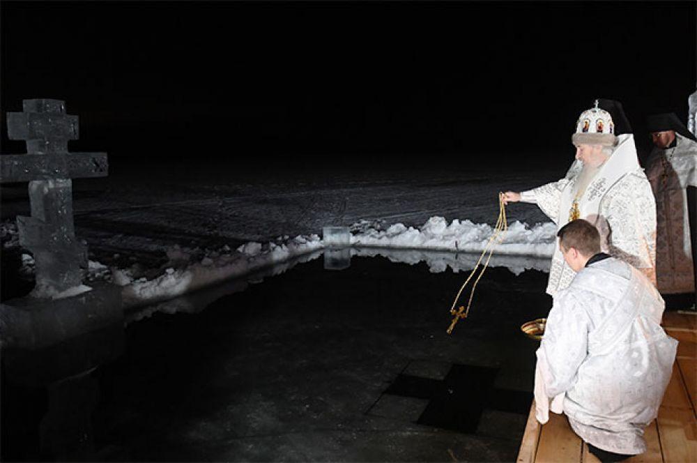 Митрополит Казанский и Татарстанский Феофан (второй справа) во время обряда освящения воды перед началом крещенских купаний на территории Раифского Богородицкого мужского монастыря.